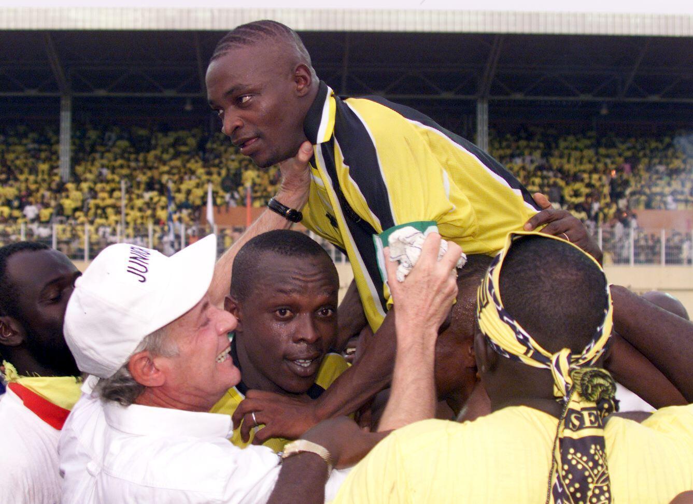 Oscar Fulloné, au milieu des joueurs de l'Asec Mimosas, en 1998.