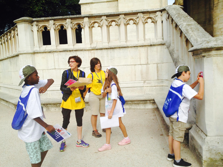 """Crianças em Paris em plena caça do tesouro, iniciativa do """"Secours populaire"""""""