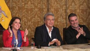 El presidente de Ecuaodor Lenín Moreno, la vicepresidenta María Alejandra Vicuña y el presidente de la Asamblea Nacional José Serrano, tras conocerse los resultados del referéndum, el 4 de febrero de 2018.