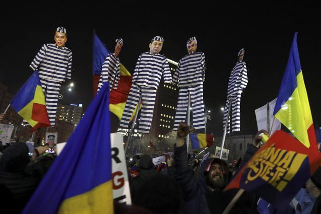 Người biểu tình giương cao hình nộm  lãnh đạo đảng cầm quyền Rumani Liviu Dragnea - mang áo tù -, cùng nhiều quan chức đảng PSD, Bucarest, 04/02/2017.