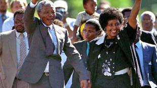 Nelson Mandela, en compagnie de son ex-épouse, Winnie, après sa libération, le 11 février 1990.