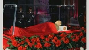 La dépouille mortelle du dictateur nord-coréen Kim Jong-il, au Palais-mémorial de Kumsusan à Pyongyang, le 20 décembre 2011.