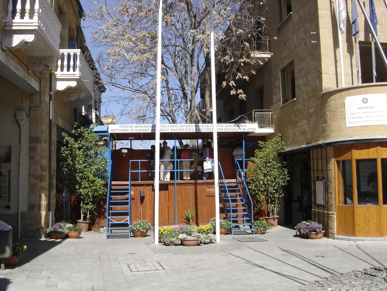 A Chypre-Sud, au cœur de Nicosie, rue Ledra, vérifications des noms, nationalités et numéros de passeports de tous les étrangers désireux de passer à Chypre-Nord, en 2006.