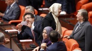 Pour la première fois, le 31 octobre 2013, quatre députées voilées sont entrées au Parlement turc.