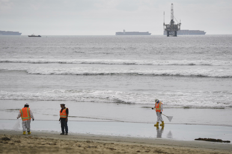 2021年10月4日美國加州受到石油污染的海灘 Huntington Beach,