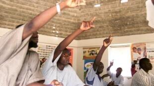 De jeunes maçons sénégalais participent à un cours dans un centre de formation.