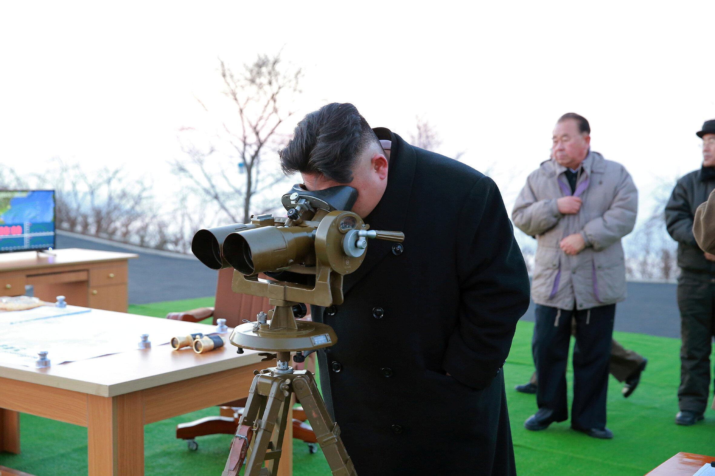 3月6日,金正恩親自觀測彈道導彈發射。