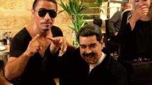 """O presidente venezuelano Nicolás Maduro, no centro da imagem, junto com o turco Nusret Gökçe, conhecido como """"Salt Bae""""."""