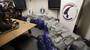 (Illustration)  1,4 tonne de cocaïne appréhendée par la police dans le port du Havre et présentée à la presse, février 2014.
