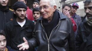 荷蘭籍神父範德魯德特(中)生前與敘利亞民眾在一起