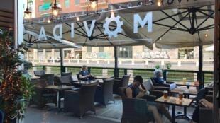 Des clients sont installés sur la terrasse du restaurant La Movida à Milan, le 5 juin 2020.