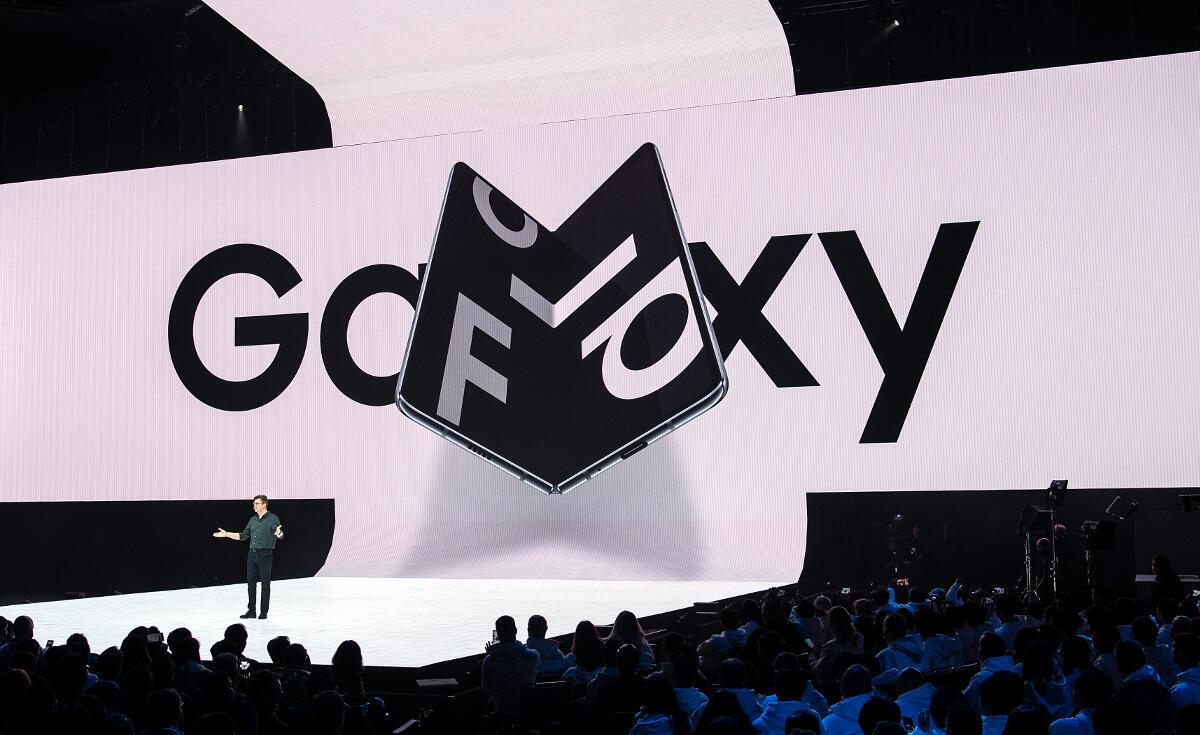 Le Galaxy Galaxy Fold avait été annoncé en grande pompe à San Francisco le 20 février 2019, mais son lancement est repoussé suite à des incidents lors des tests de la presse.