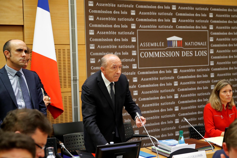 ژرار کلمب، وزیر کشور فرانسه درحال سخنرانی در کمیسیون تحقیقاتی مجلس ملی فرانسه. دوشنبه اول مرداد/ ٢٣ ژوئیه ٢٠۱٨/