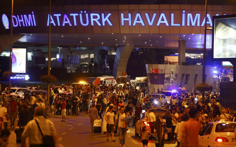 Mamia ya abiria na raia wakiondoka kwenye uwanja wa ndege wa kimataifa wa mjini Istanbul baada ya shambulio la bomu