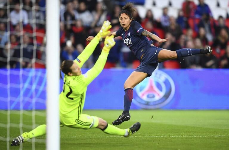 Cristiane (direita), jogadora do Paris Saint-Germain, apontou dois golos frente ao Bayern de Munique nos quartos-de-final da Liga dos Campeões feminina.