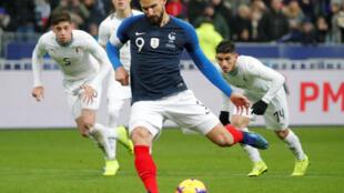 Olivier Giroud transforme le penalty victorieux pour la France face à l'Uruguay, le 20 novembre 2018.