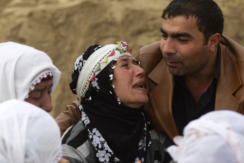 Mulher turca chora a morte de um parente após o terremoto em Ercis, na Turquia.