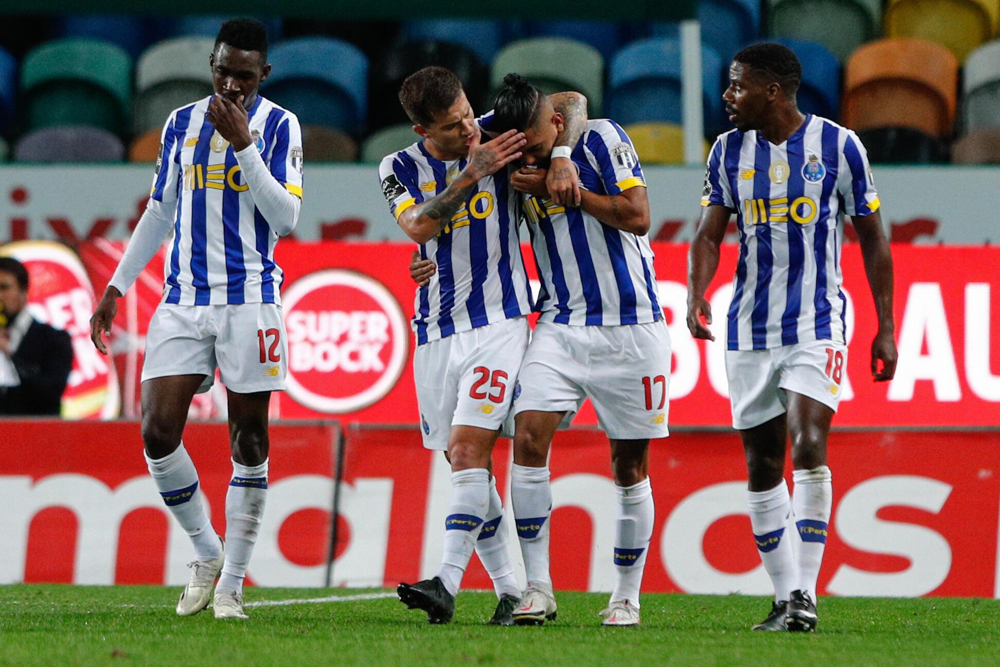 Jogadores do FC Porto festejaram o segundo tento, marcado por Jesús Corona (centro), apontado ao Sporting CP.