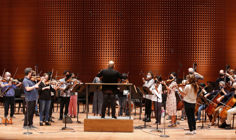 Jaap van Zweden (C), el director de la Orquesta Filarmónica de Nueva York dirige un ensayo del primer concierto de la temporada 2021-22