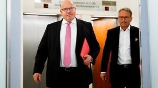 Le ministre allemand de l'Economie, Peter Altmaier, et le secrétaire d'État au ministère de l'Économie Ulrich Nussbaum arrivent pour une conférence de presse sur le plan de sauvetage de la compagnie aérienne Lufthansa, à Berlin, le 25 mai 2020.