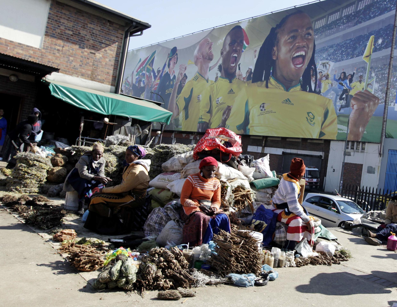 Пятничный рынок в центре Йоханнесбурга на фоне плаката, анонсирующего Чемпионат мира по футболу.