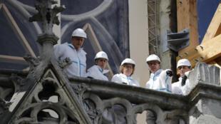 Le chantier de la cathédrale Notre-Dame de Paris, le 19 août 2019. La ministre française du Travail, Muriel Penicaud (c), et le préfet de la région Ile-de-France, Michel Cadot (g).