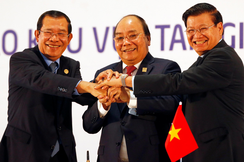 Thủ tướng Việt Nam Nguyễn Xuân Phúc (G) và các đồng nhiệm Hun Sen (Cam Bốt), Thongloun Sisoulith (Lào) tại Hà Nội ngày 31/03/2018.