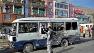 Un vehículo dañado tras una explosión en Kabul el 18 de marzo de 2021