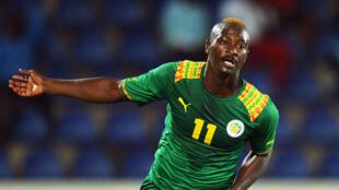 Le Sénégalais Dame Ndoye avec le maillot de l'équipe nationale.
