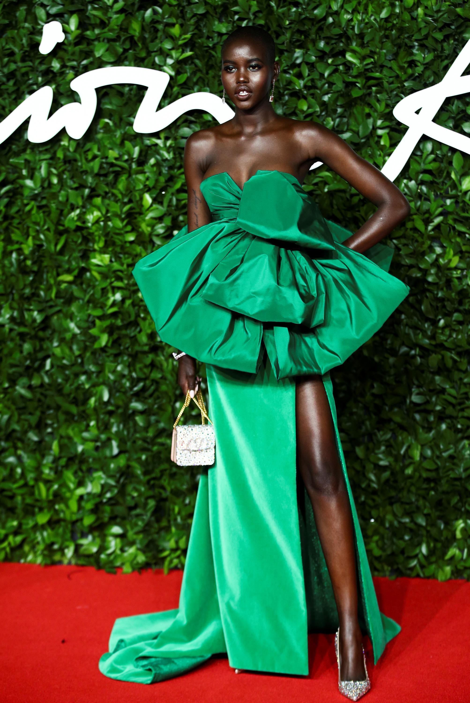 Adut Akech à son arrivée à la cérémonie des Fashion Awards de Londres le 2 décembre 2019.