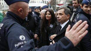 Руслана Лыжичко и евродепутат Анри Малосс во время акции в Брюсселе 21/01/2014