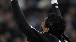 O jogador brasileiro Brandão, do Olympique de Marselha, comemora gol nesta quarta-feira.