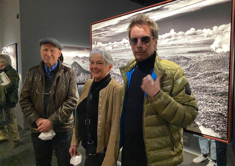 Sebastião Salgado, Lélia Wanick Salgado e o compositor Jean-Michel Jarre, que compôs a trilha sonora da exposição Amazônia para a Filarmônica de Paris.