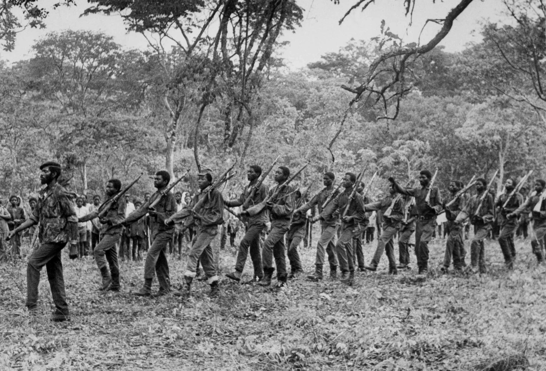 Des soldats du mouvement nationaliste angolais UNITA défilent, le 15 novembre 1975 à Nova Lisboa, quelques jours après la proclamation de l'indépendance de l'Angola.