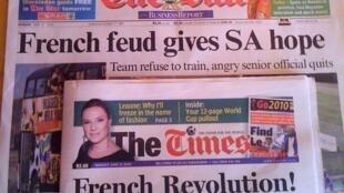 2010年六月二十一日,南非《星报》与《时报》的头版标题。