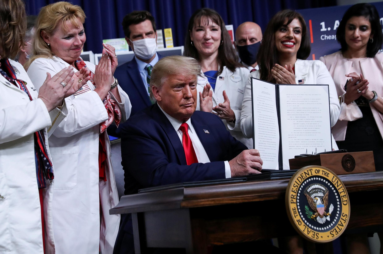 Donald Trump est applaudi lors de la cérémonie de signature des décrets sur la baisse des prix des médicaments à la Maison Blanche à Washington, le 24 juillet 2020.