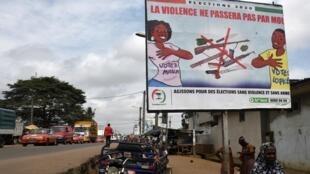 Panneau d'affichage appelant à la paix sociale lors de la présidentielle ivoirienne du 31 octobre, à Abidjan le 16 septembre 2020.
