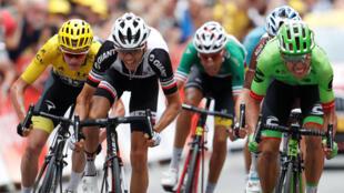 Rigoberto Uran (en vert) termine de peu devant Warren Barguil (en noir et blanc) à Chambéry. Chris Froome (en jaune) conserve le leadership.