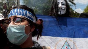 Manifestantes desfilan en Managua contra el presidente Ortega.