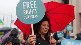 Акция протеста у здания суда в Стамбуле, где в среду, 25 октября, прошел процесс над 11 правозащитниками и гражданскими активистами.