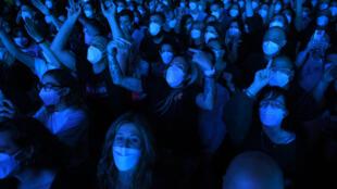 Los espectadores asisten con mascarilla al concierto del grupo Love of Lesbian en el Palau Sant Jordi que sirvió como ensayo clínico sobre el coronavirus, el 27 de marzo de 2021 en Barcelona