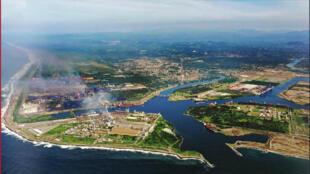 Le port de Lazaro Cardenas ouvert sur le Pacifique, à l'embouchure du Rio Balsas.