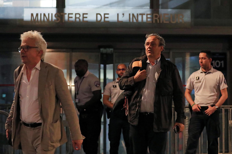 Michel Platini, à direita, e o advogado William Bourdon saem da Polícia judiciária em Nanterre a 19 de Junho de 2019.