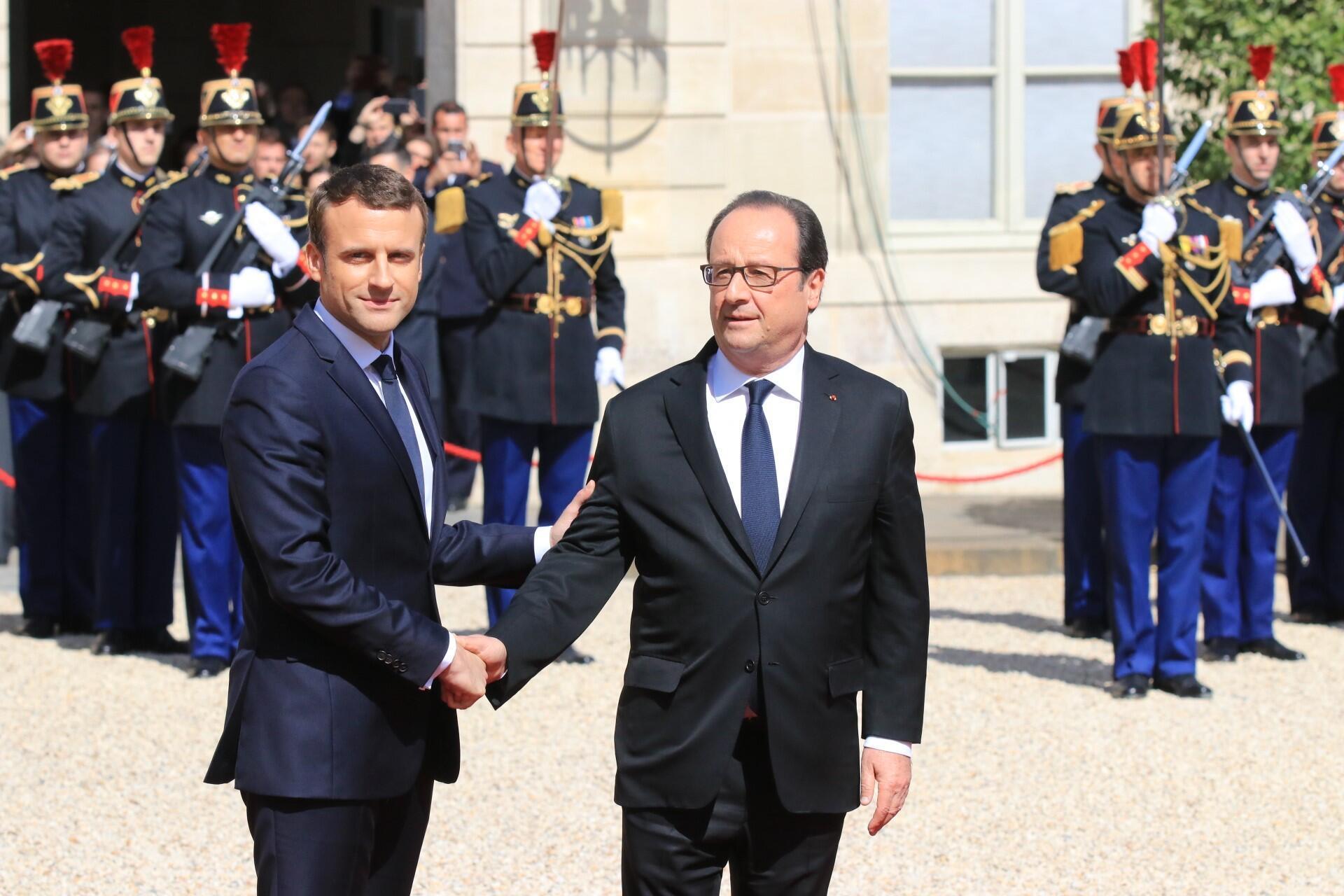 Франсуа Олланд и Эмманюэль Макрон в Елисейском дворце в день передачи президентских полномочий 14 мая 2017