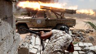 Les forces progouvernementales en pleine offensive contre la ville de Syrte tenue alors par l'organisation Etat islamique, en Libye, en juillet 2016.