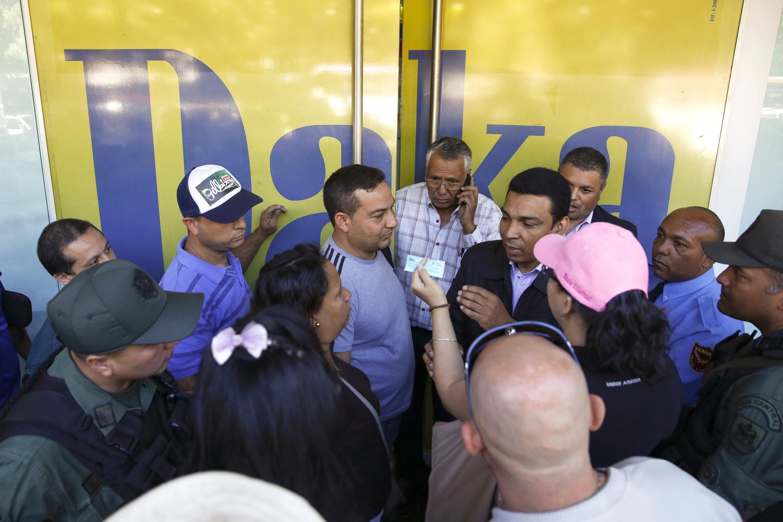 Multitud de compradores intentan entrar en Daka, tienda de electrodomésticos, Caracas, noviembre de 2014.