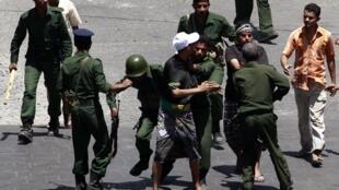 Mmoja wa waandamanaji jijini Taiz, Yemen akizuiwa na askari wa kutuliza ghasia.