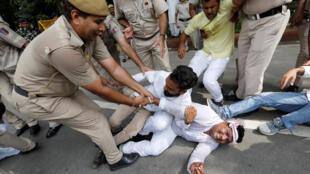 Cảnh sát giải tán các nhà hoạt động của đảng đối lập biểu tình đòi chính phủ công khai chi tiết thương vụ mua 36 chiến đấu cơ Rafale của Pháp, ngày 30/08/2018 tại New Delhi.