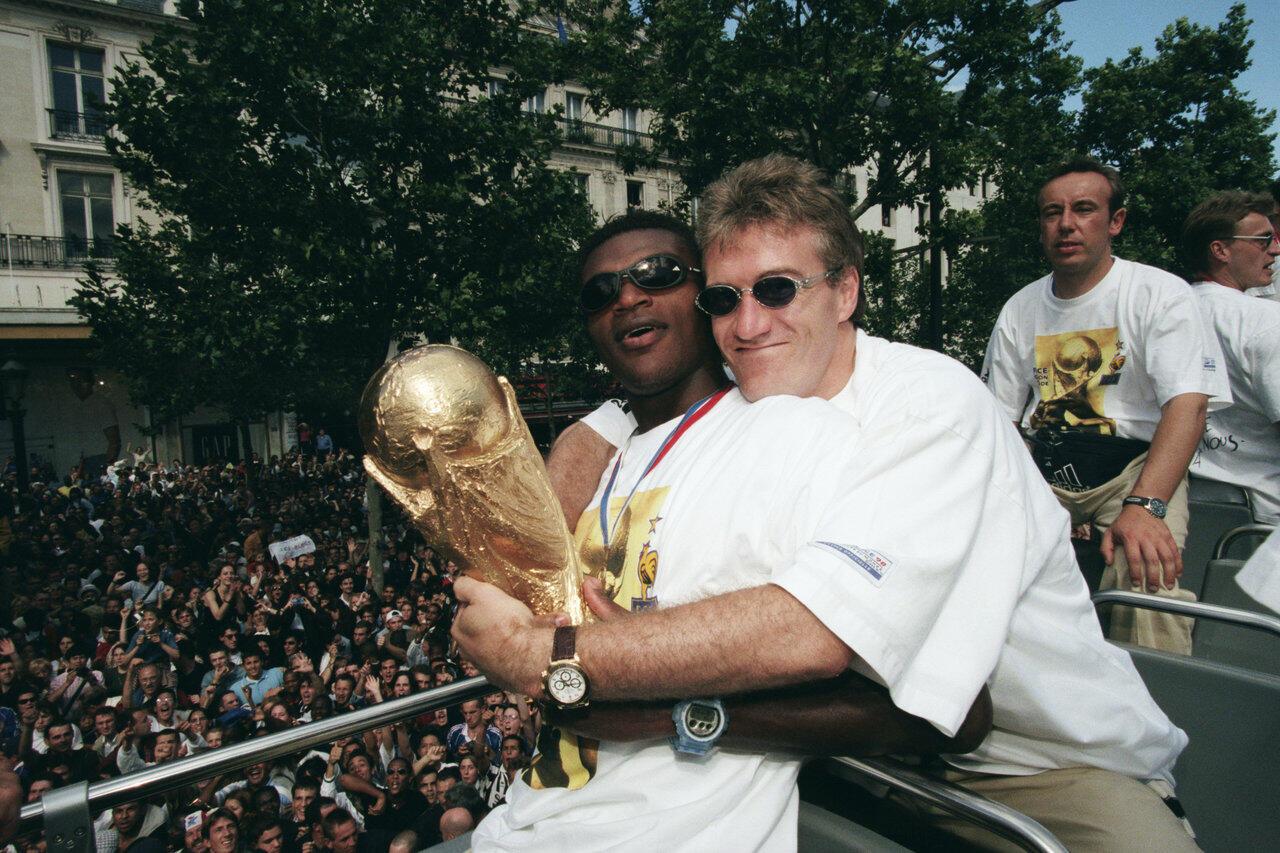Didier Deschamps et Marcel Desailly, deux amis de jeunesse sur le toit du monde. Champs-Elysées, 13 juillet 1998.