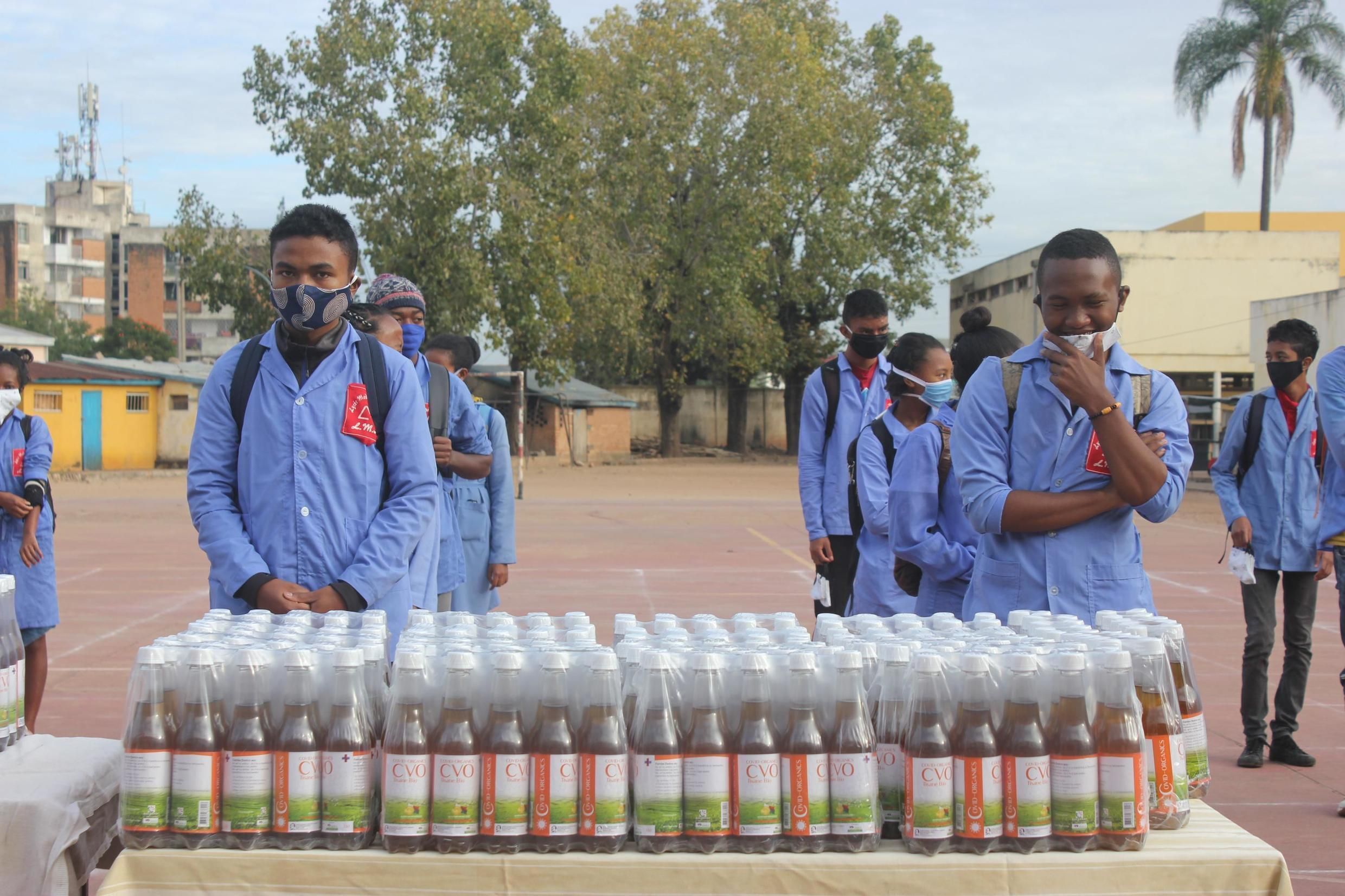 The Malagasy authorities distribute Covid-Organics to students who have restarted school classes.